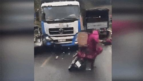 3 mẹ con bị xe tải đâm trúng khi đang dừng xe vì thấy tai nạn