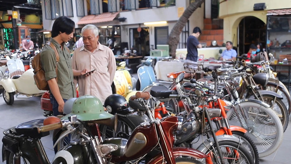 Antique motorbikes offer riveting conversation for coffee drinkers in HCMC