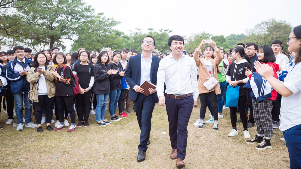 Headmaster, shake hand, Bac Giang youth, Bac Giang province, Forbes Vietnam, 30 under 30 list, Book and Action Club, reading culture