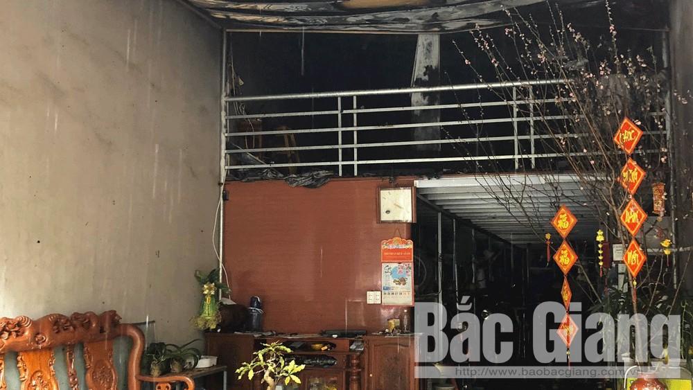 TP Bắc Giang: Cháy cơ sở thu mua xe cũ do chập điện