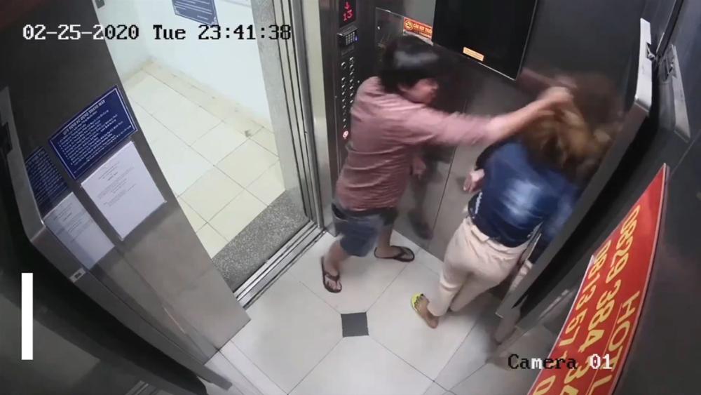 Một phụ nữ bị đánh trong thang máy
