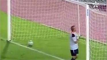 Vỗ ngực ăn mừng sớm, thủ môn nhận bàn thua ngớ ngẩn