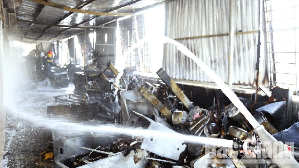 Bắc Giang: Cháy cửa hàng kinh doanh gas, gần 100 cảnh sát tham gia chữa cháy