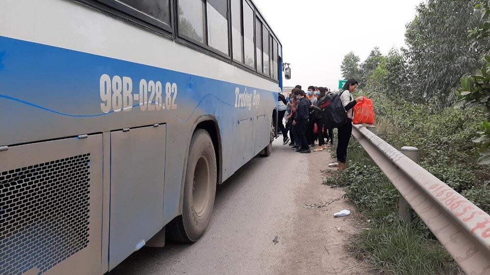 Xe khách 98B-028.82 dừng đón khách trên cao tốc ngày 02/3, tài xế bị xử phạt 6 triệu đồng, tước giấy phép lái xe 3 tháng.