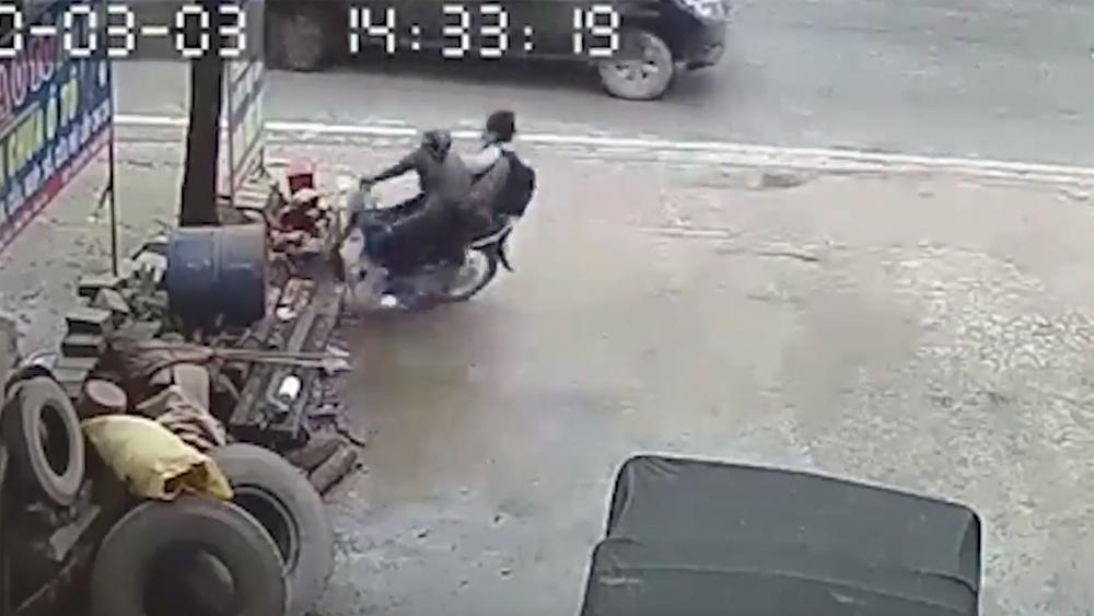 Phóng xe tốc độ cao, 2 nam sinh đâm thẳng vào biển quảng cáo bên đường