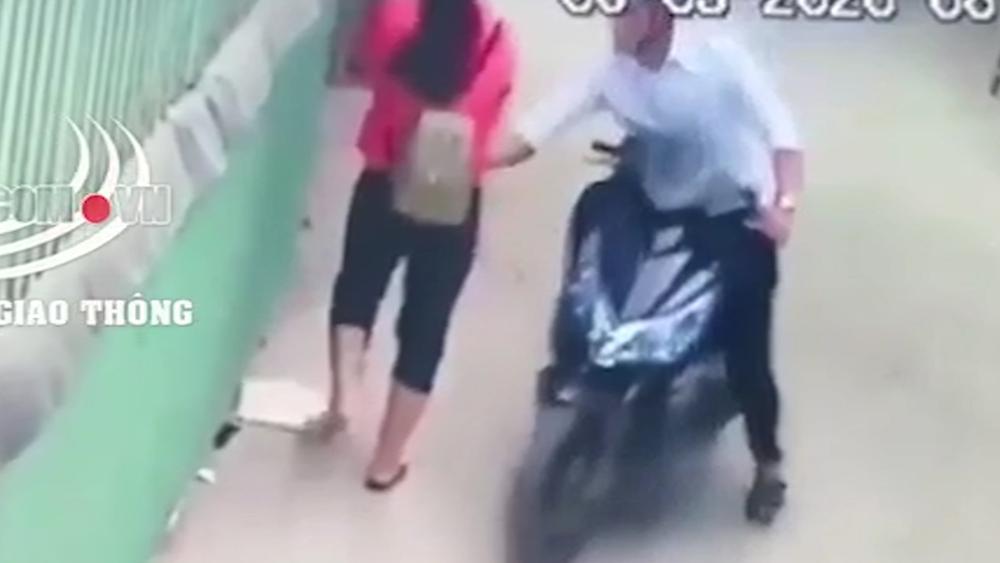 Cô gái bị nam thanh niên đi xe máy sàm sỡ giữa đường