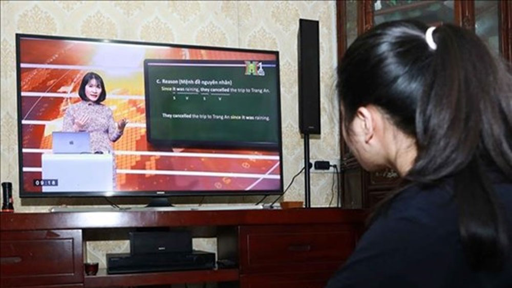 Hanoi broadcasts lessons on TV as schools remain shut