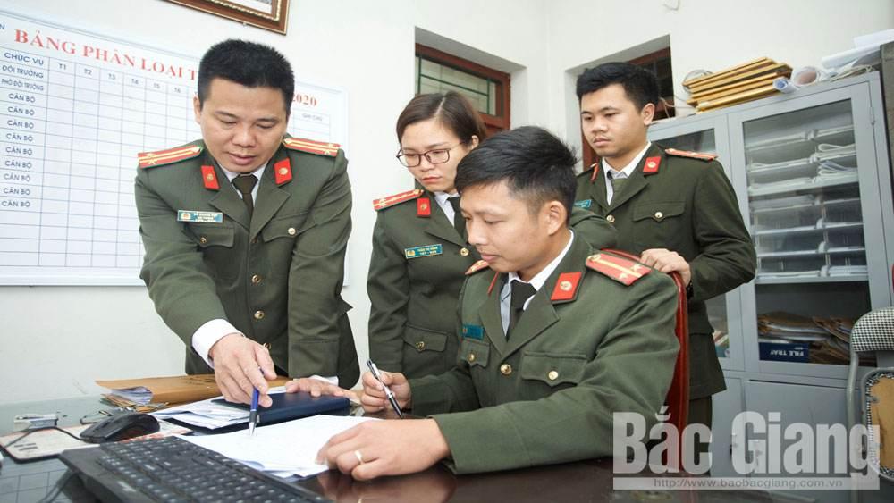 Trung tá Đỗ Quang Hợp (ngoài cùng bên trái) trao đổi nghiệp vụ với đồng nghiệp.