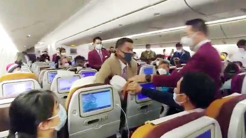 Cố tình ho vào tiếp viên hàng không, người phụ nữ Trung Quốc bị khóa đầu
