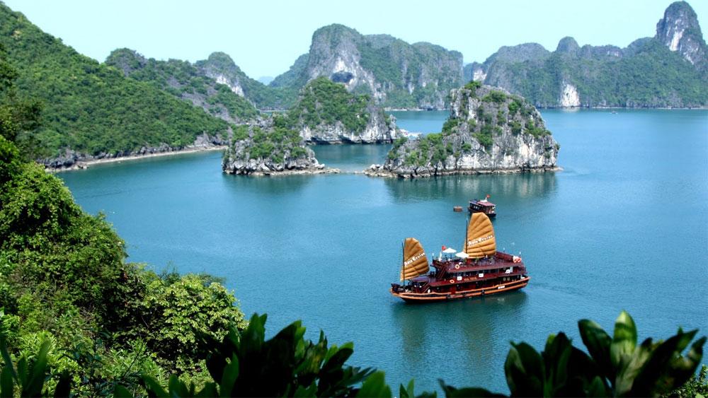 Vịnh Hạ Long tạm đóng cửa với du khách