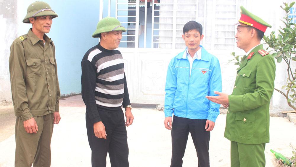 Công an xã Tiền Phong (Yên Dũng) gặp gỡ người dân, nắm bắt tình hình địa bàn.