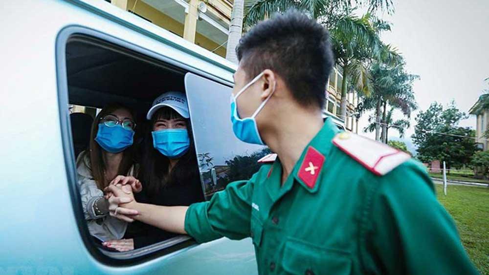 Khoảnh khắc 106 công dân Việt Nam chia tay khu cách ly tại Hòa Bình