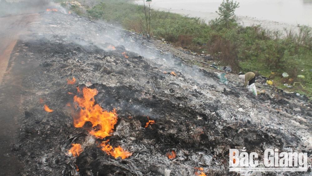 Việt Yên: Bắt quả tang đối tượng đổ trộm rác thải công nghiệp trên đê tả Cầu