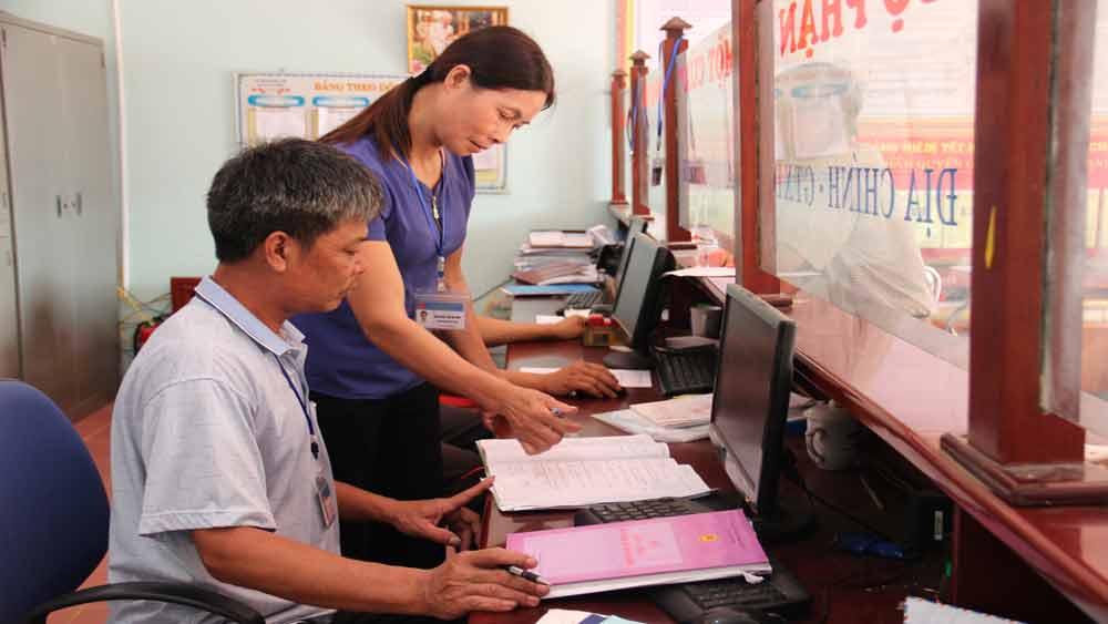 Bà Nguyễn Thị Thanh, Phó Chủ tịch UBND xã An Thượng hướng dẫn công chứcbộ phận một cửa giải quyết thủ tục hành chính.