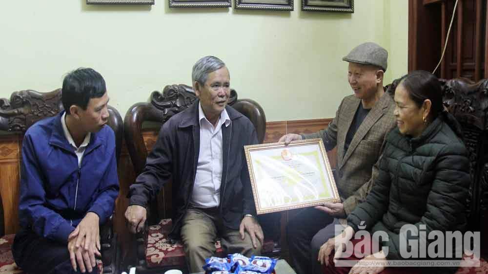 vợ chồng ông Nguyễn Anh Tuấn (SN 1954), bà Trần Thị Tuệ (SN 1960), thôn Long Khánh, xã Trí Yên, huyện Yên Dũng (Bắc Giang), khuyến học
