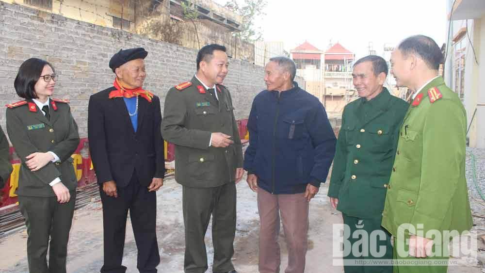 Ông Hoàng Văn Thắng (thứ 3 từ phải) trao đổi thông tin với cán bộ Công an huyện Sơn Động.