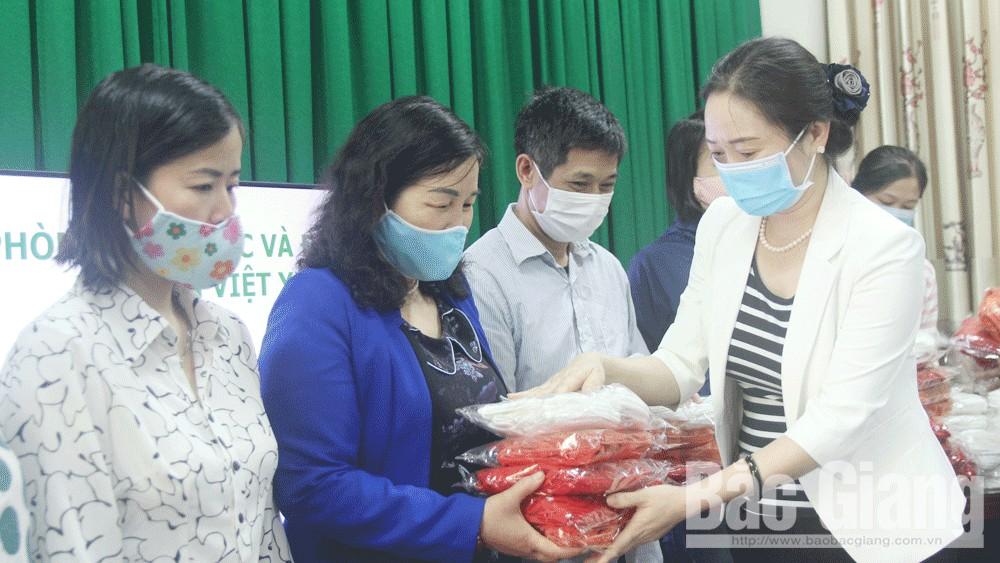 Việt Yên: Gần 26 nghìn chiếc khẩu trang tặng giáo viên, học sinh