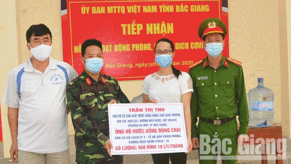 Chị Trần Thị Thu tặng 500 bình nước cho Trung đoàn 831 (Bộ CHQS tỉnh Bắc Giang)