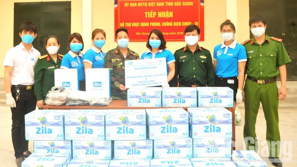Công ty Zila Việt Nam tặng nước uống, khẩu trang cho Trung đoàn 831 (Bộ CHQS tỉnh)