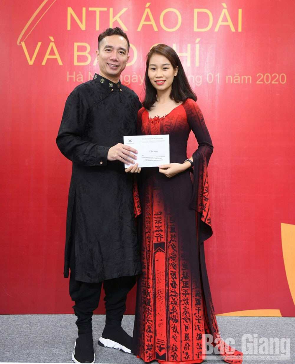 Tailor, woodblock-printed ao dai, Bac Giang province, Nguyen Thi Huyen, traditional long dress, innate talent, young designer, teaching assistant