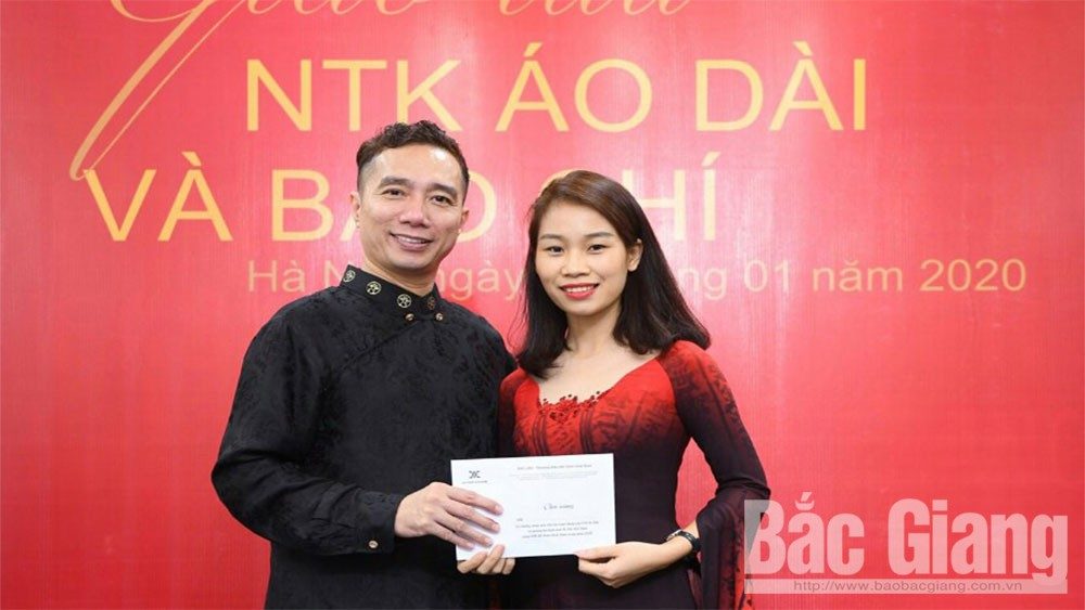 Tailor passionate about woodblock-printed 'ao dai'