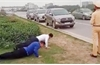 Hạ thi đua, phê bình chiến sĩ cảnh sát giao thông cho người vi phạm chống đẩy