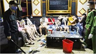 """11 nam thanh nữ tú """"quẩy"""" thâu đêm trong quán karaoke"""