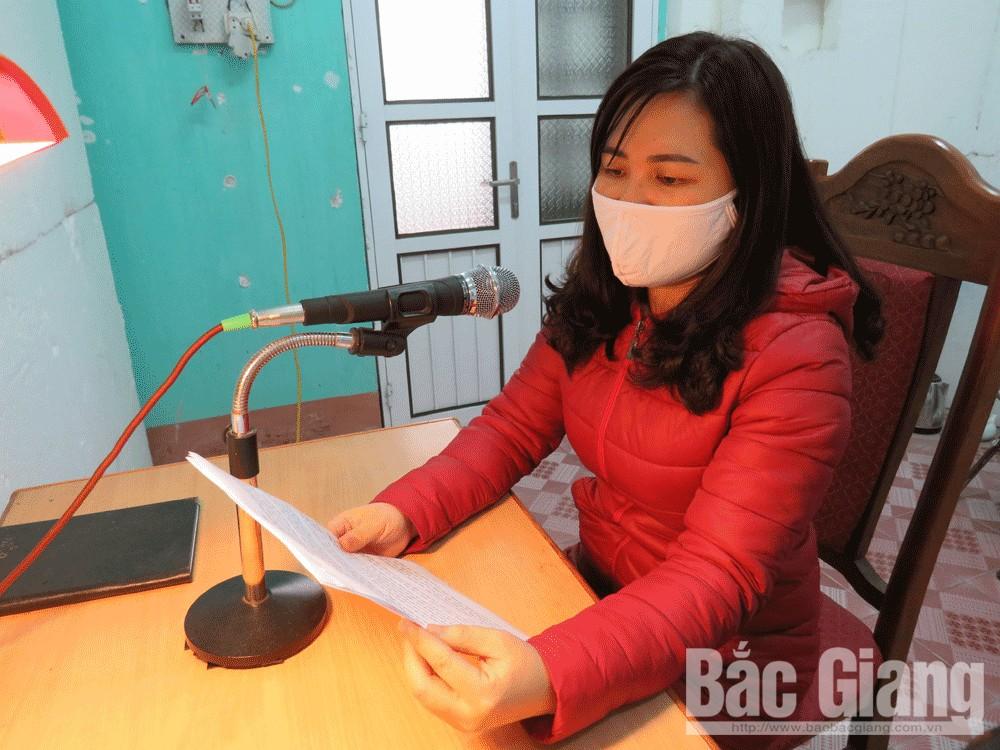 Cán bộ Trung tâm Văn hóa, Thông tin và Thể thao huyện Hiệp Hòa tuyên truyền nội dung phòng, chống dịch Covid-19.