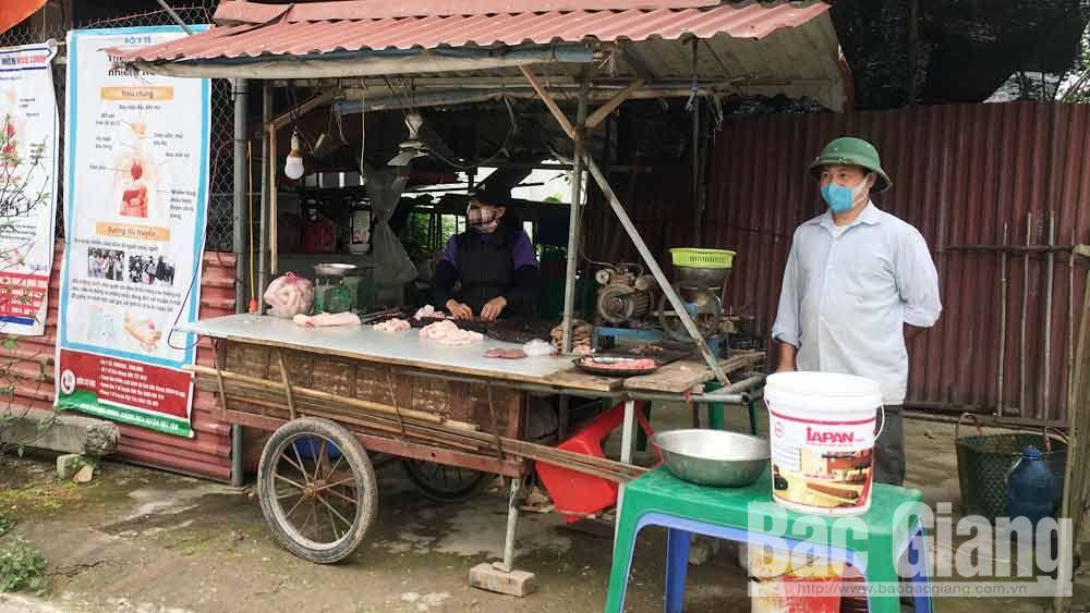 Các hộ kinh doanh ở xã Nghĩa Trung (Việt Yên) bán hàng tại nhà.