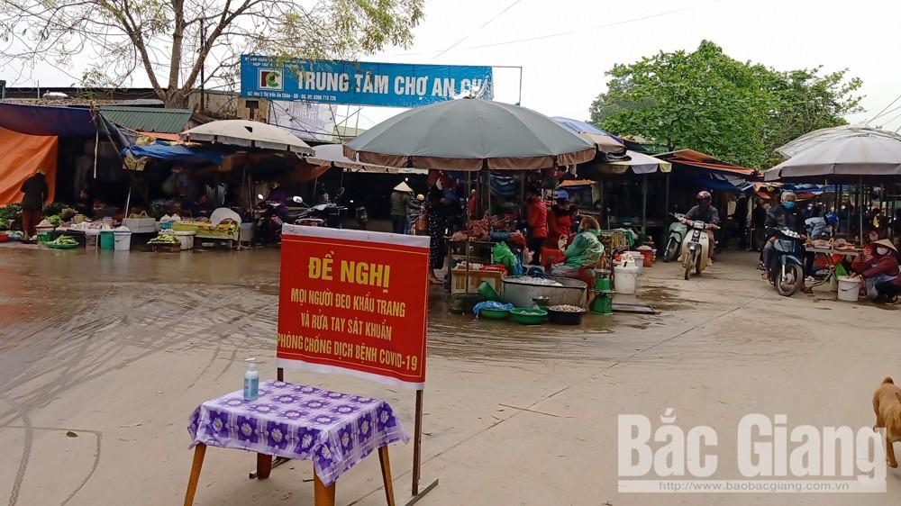Chợ An Châu (Sơn Động) vẫn có nhiều người đến mua thực phẩm song hầu hết đều đeo khẩu trang.