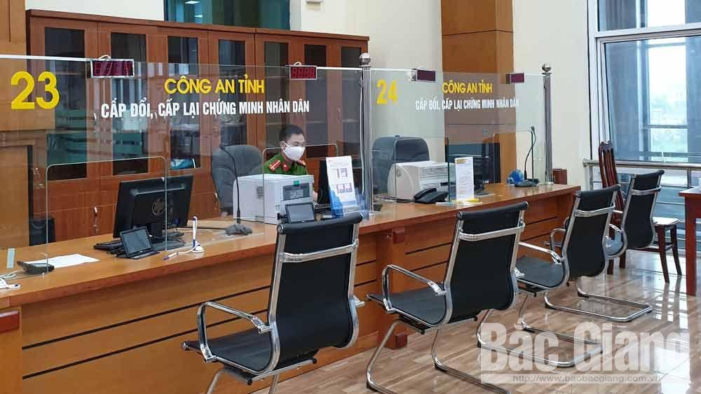Trung tâm Phục vụ hành chính công tỉnh bố trí cán bộ trực và khuyến khích người dân nộp hồ sơ trực tuyến.