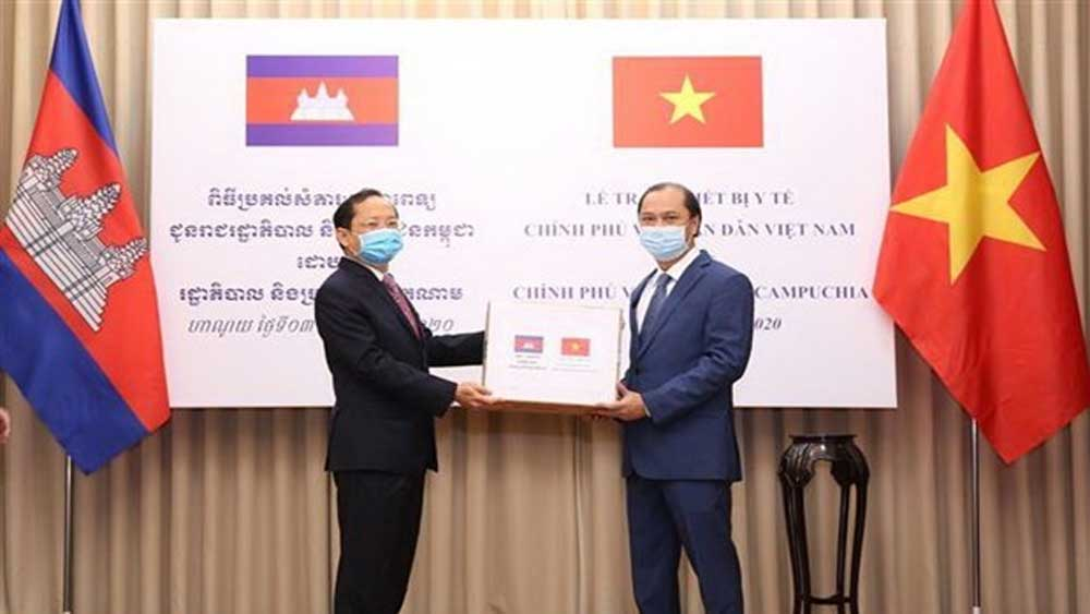 Vietnam presents medical equipment to Laos, Cambodia