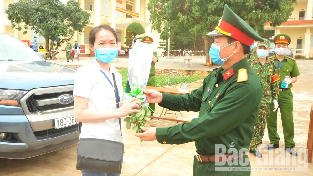 Bắc Giang: 364 công dân ở 32 tỉnh, TP chia tay khu cách ly trở về nhà