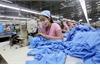 Ngân hàng giảm lương, tung các gói cho vay 'cứu' doanh nghiệp
