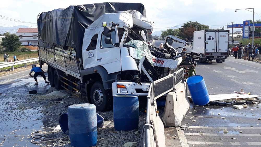 Va chạm giữa hai xe tải làm một người chết, hai người bị thương