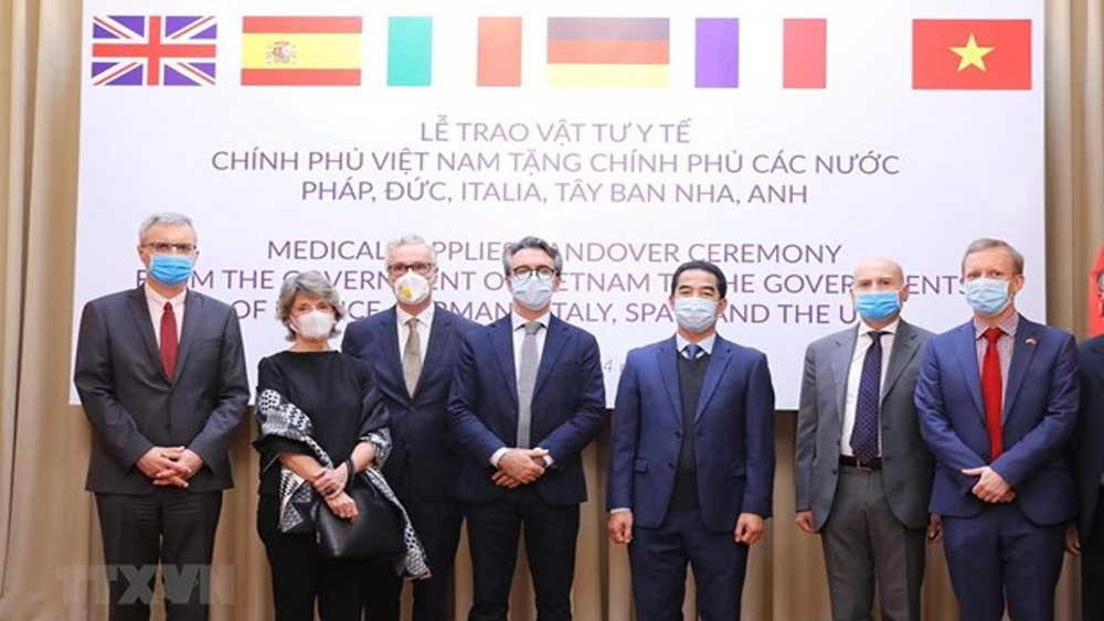 Vietnam presents antibacterial masks to European countries