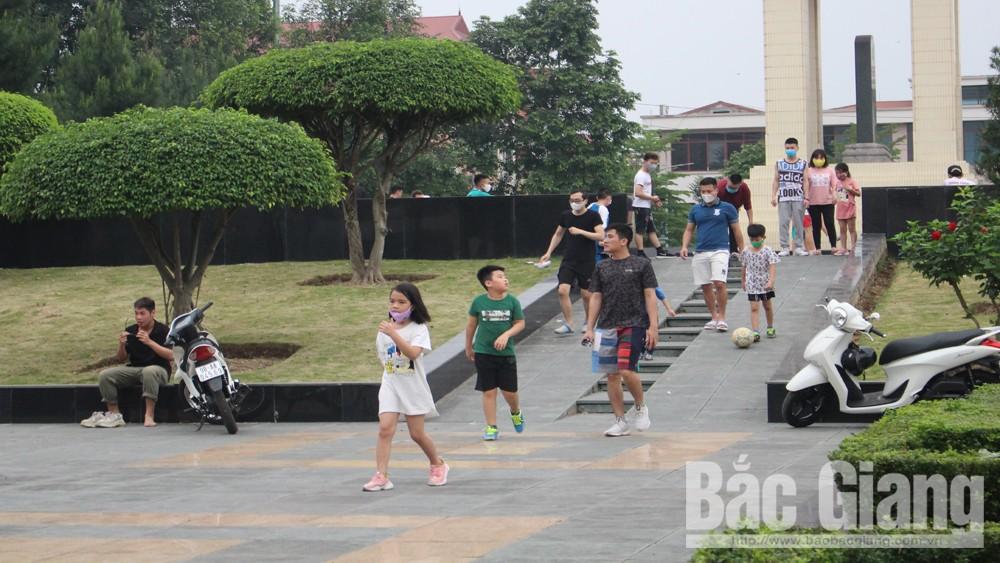 Bắc Giang: Người dân đổ ra nơi công cộng tập thể dục bất chấp khuyến cáo hạn chế ra khỏi nhà
