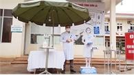 Bác sĩ Sơn La thiết kế dụng cụ lấy dung dịch sát khuẩn... bằng chân