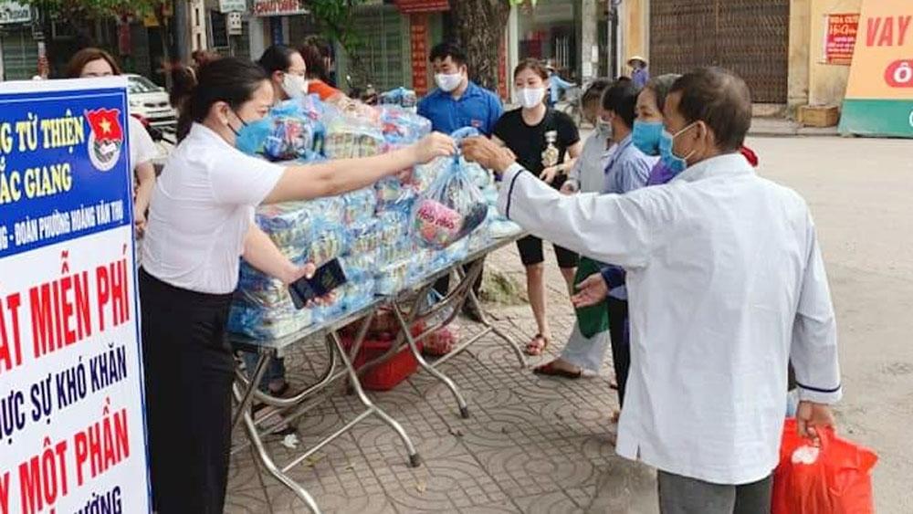Phường Hoàng Văn Thụ phát hơn 500 suất quà cho người khó khăn
