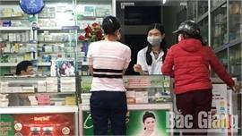 Khách đến mua thuốc tại cơ sở bán lẻ tân dược phải khai báo y tế