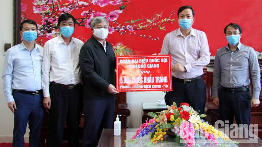 Đoàn Đại biểu Quốc hội tỉnh tặng 5 nghìn khẩu trang cho huyện Việt Yên để phòng dịch Covid-19