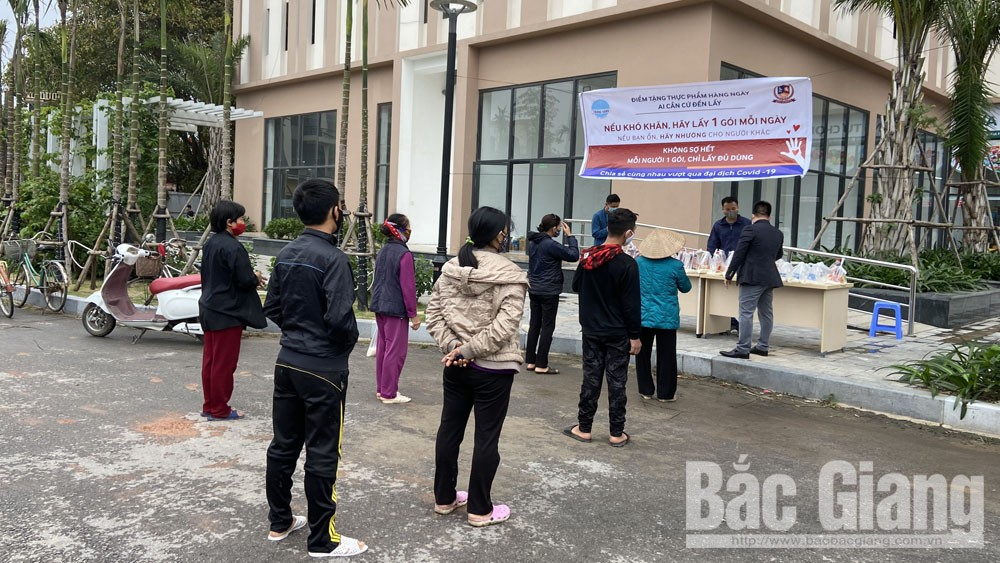 Bach Viet Group, supports food, needy people, Covid-19 pandemic, Areca Garden Apartment, Bac Giang province, gift package