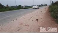 Xe tải làm rơi đất cát, vật liệu xây dựng trên đường tỉnh 293