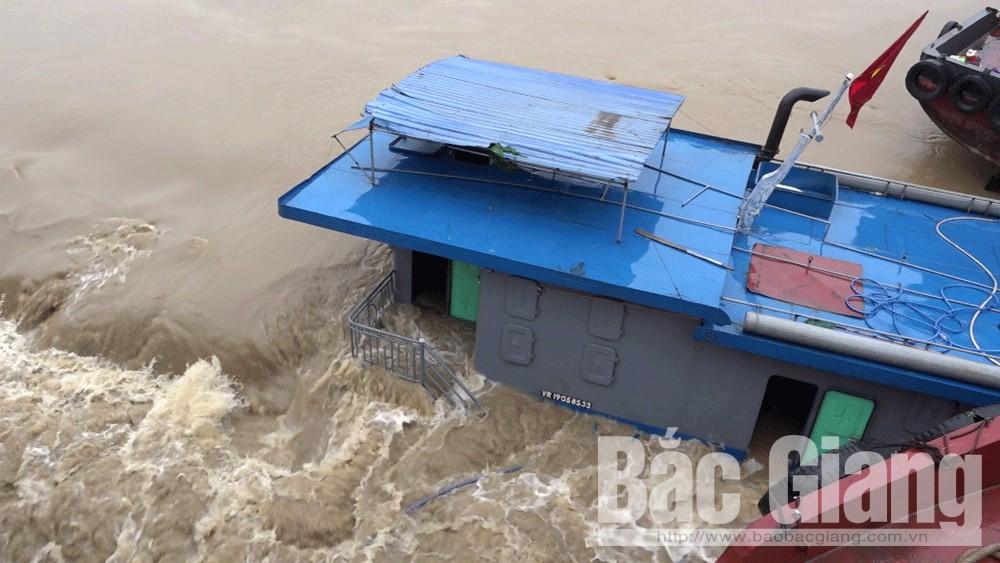 Một tàu chở khoáng sản bị lật trên sông Thương