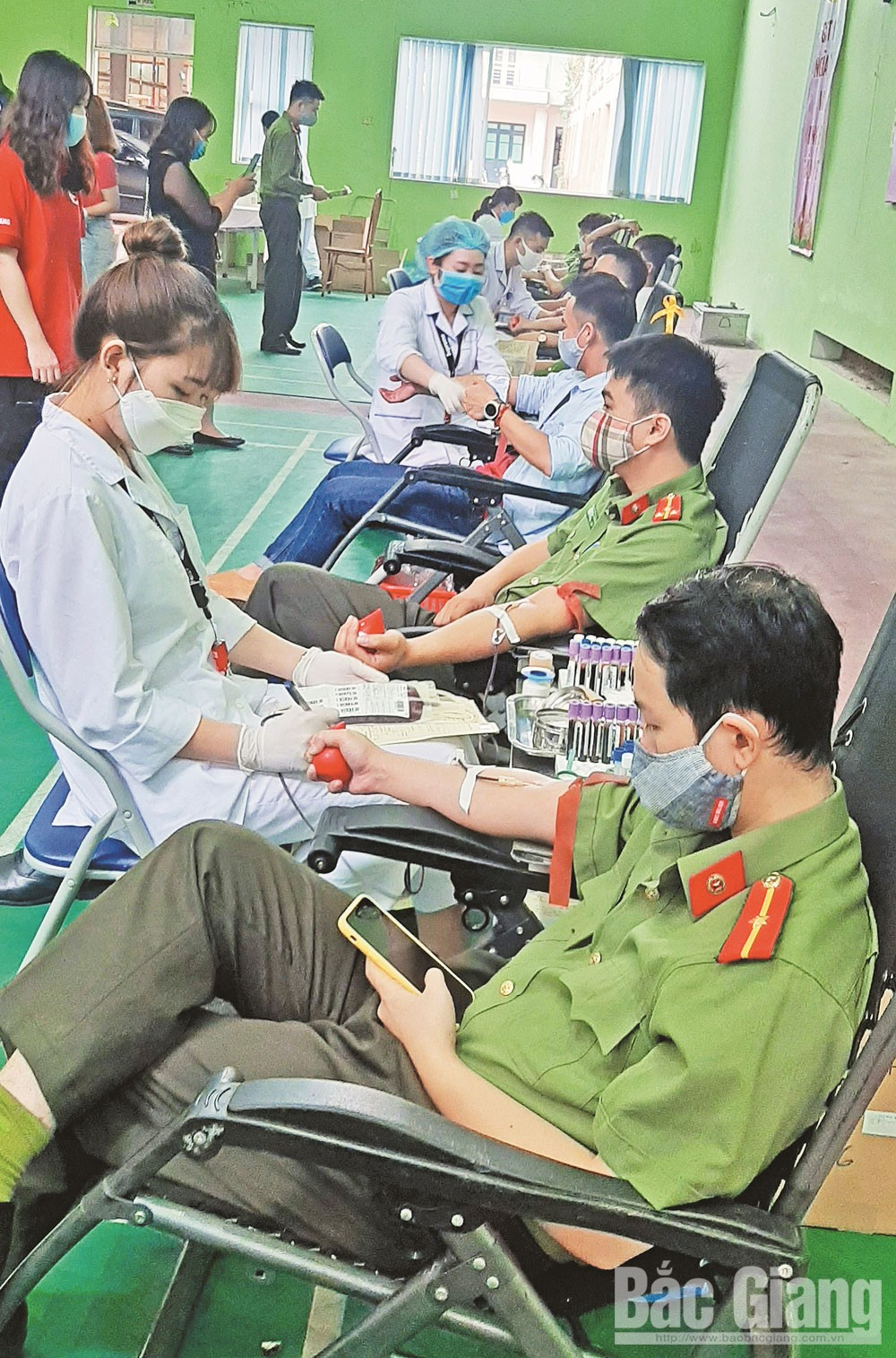 Bac Giang province, Red hearts, save lives, Youth Union, Voluntary Blood Donation Day, noble gesture, officers and policemen, Covid-19 outbreak,