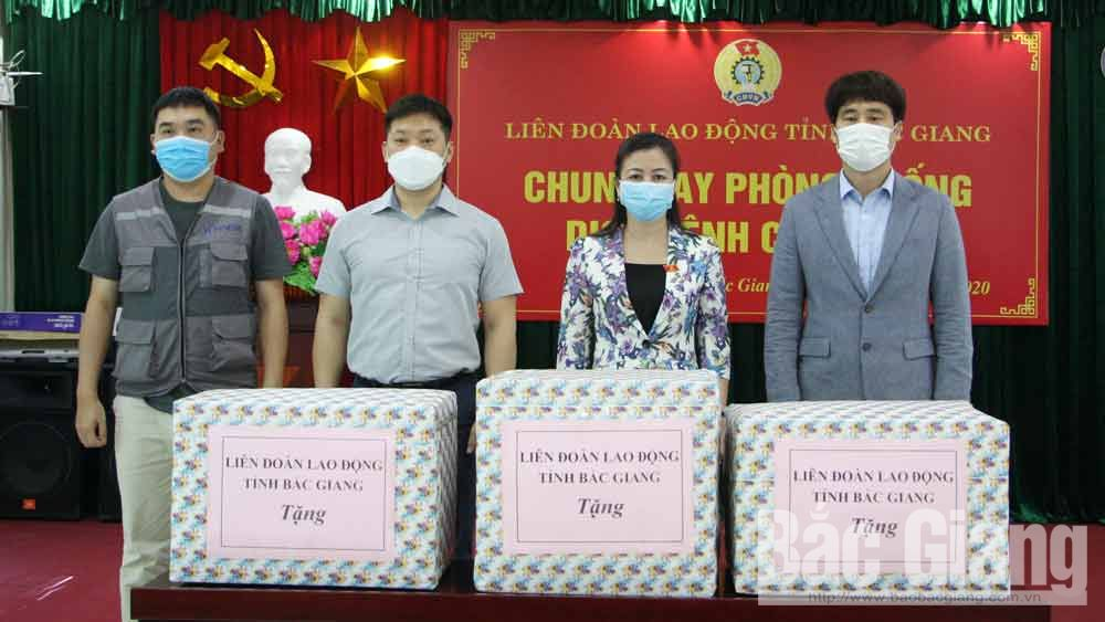 Bac Giang's Permanent Deputy Secretary Le Thi Thu Hong hands over gifts to workers