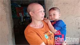 Mẹ ung thư nuôi con nhỏ rất cần được giúp đỡ