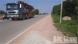 Tình trạng rơi đất cát, vật liệu xây dựng trên đường tỉnh 293 đoạn qua huyện Yên Dũng chưa được khắc phục