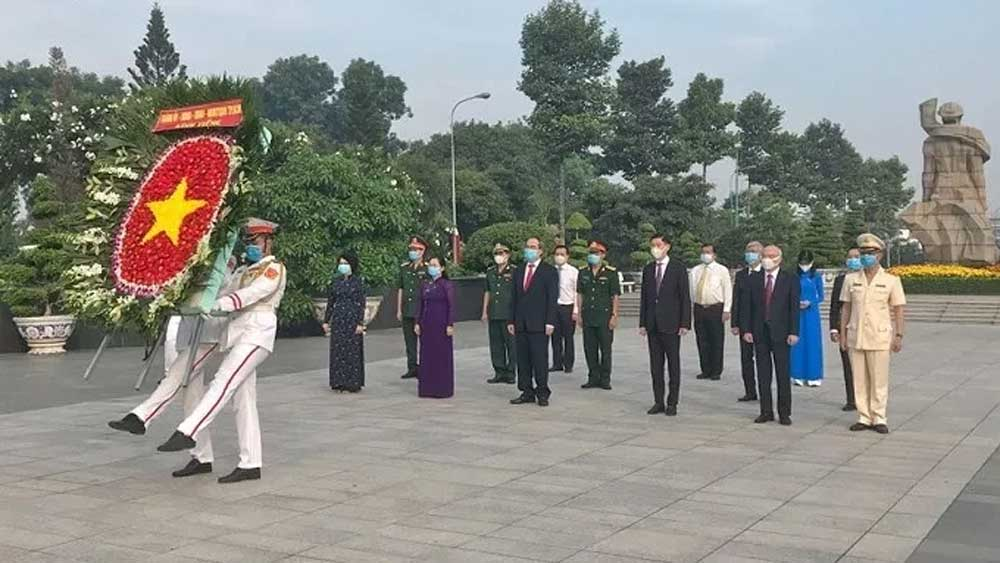 HCM City leaders, pay tribute, fallen soldiers, martyrs cemetery, 45th anniversary, Liberation of South Vietnam,  National Reunification Day