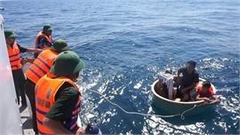 Cứu một ngư dân Philippines gặp nạn trên biển